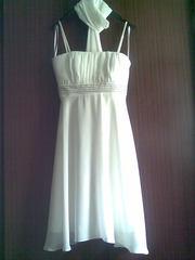 Сукня вечірня молочно-білого кольору.
